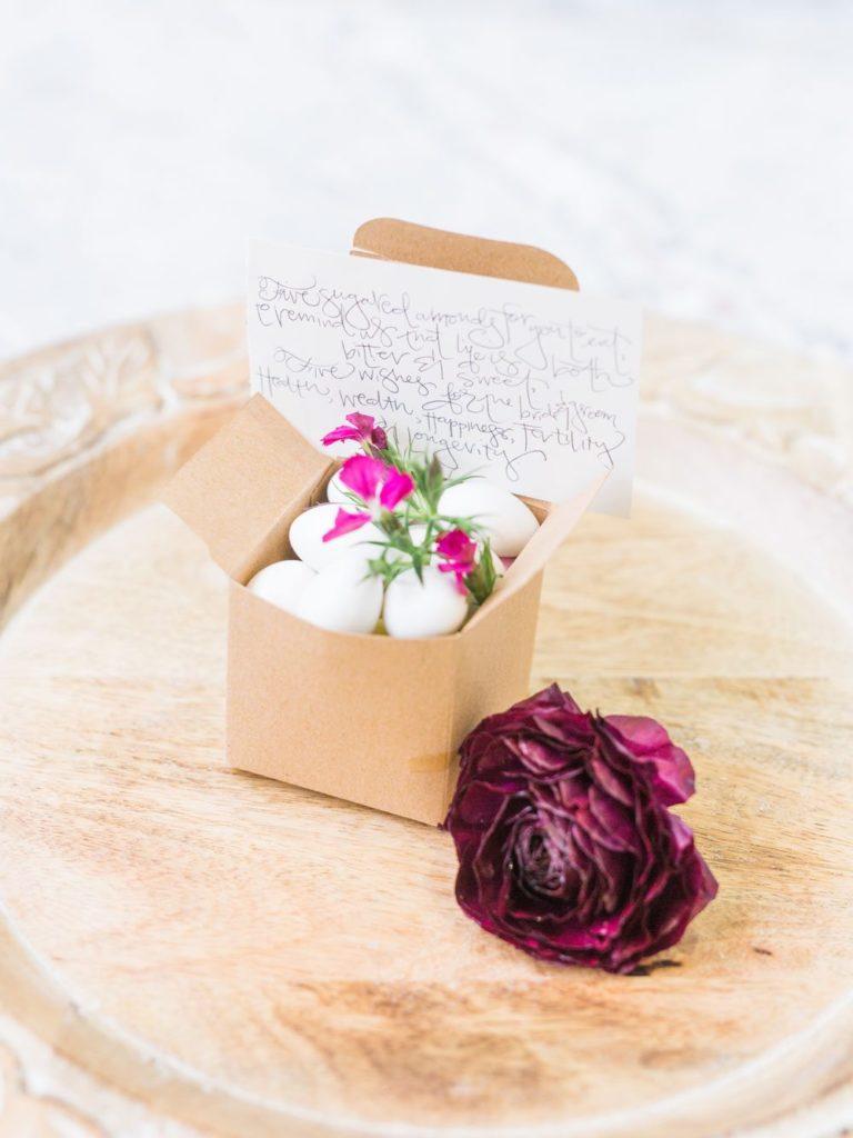 caixa de amendoas enfeitada com flor