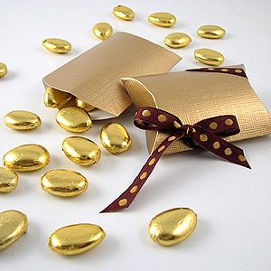 lembrancinha de casamento elegante com amendoas confeitadas douradas