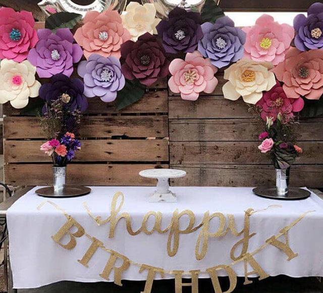 painel de aniversário com flores de papel