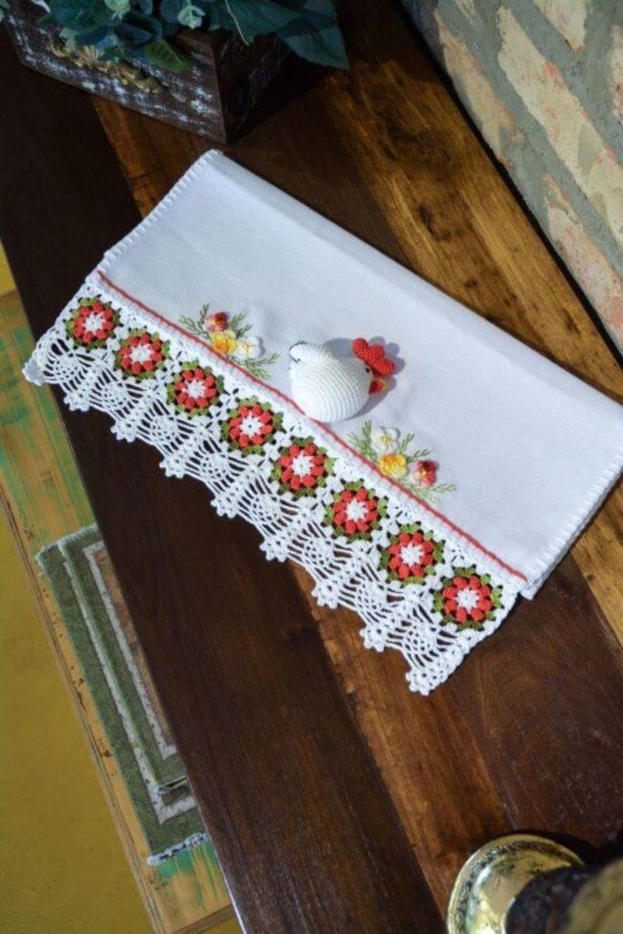 pano de prato bordado com aplique de croche e bico