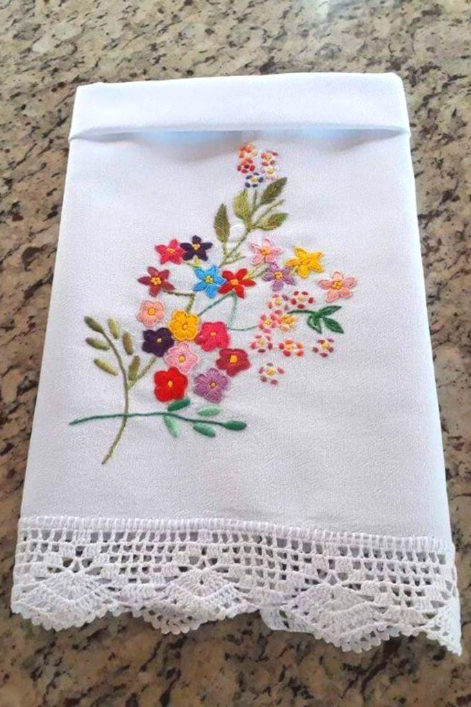pano de prato bordado floral delicado